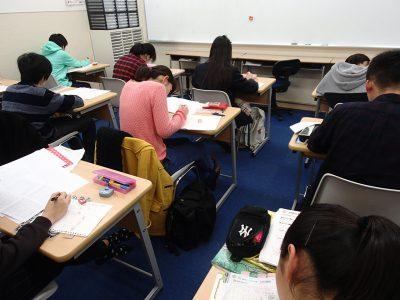 ↑今日も自習室でみんなで勉強する受験生たち
