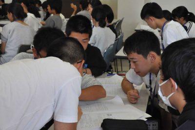 一方的な講義を受けるだけではなく、生徒同士お互いに教え合いながら、自身の知識を整理させます。